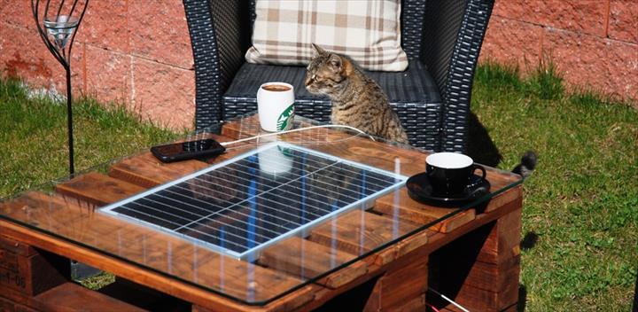 mesa com paletes madeira e painel solar 1