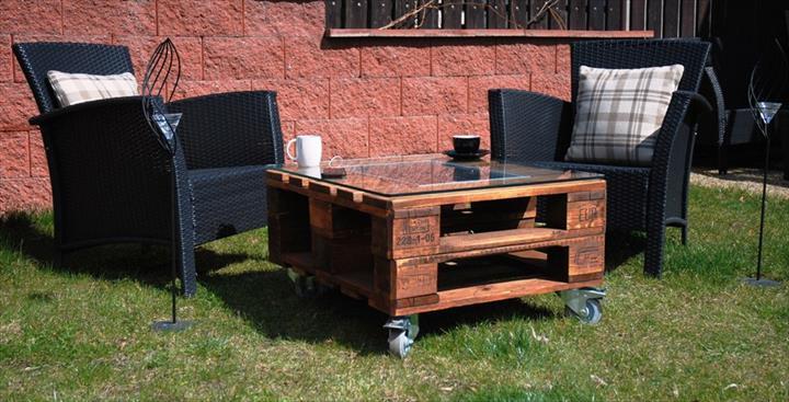 mesa com paletes madeira e painel solar 3