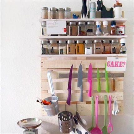 Prateleira de cozinha feita de paletes