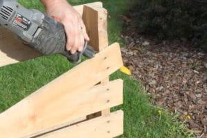 Tirar pregos do palete de madeira